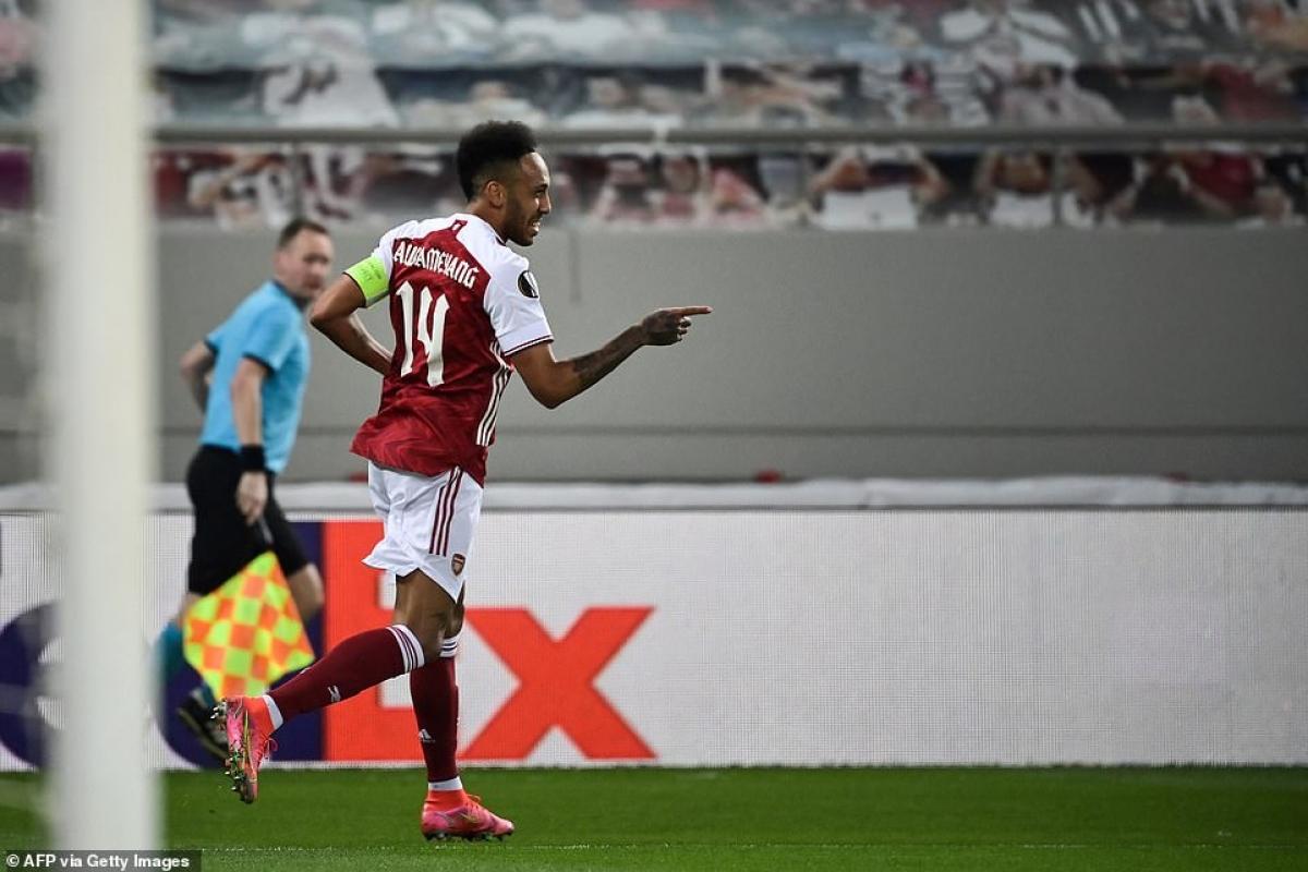 Arsenal vượt lên dẫn trước Benfica 1-0 ở trận lượt về sau khi hòa 1-1 trong trận lượt đi trên sân khách.
