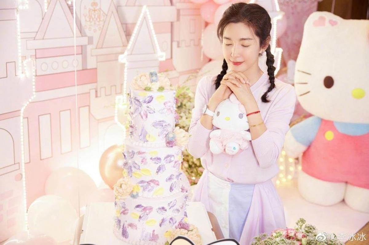 Lý Băng Băng cho biết rất ít tổ chức sinh nhật. Khi vào phòng khách sạn, cô bất ngờ vì căn phòng được trang trí tông hồng chủ đạo với nhiều thú nhồi bông và hoa.