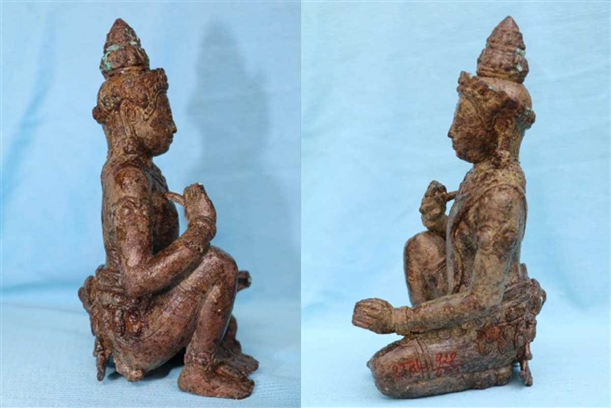 Theo Bảo tàng tỉnh Bạc Liêu, đây là pho tượng thần bằng đồng đầu tiên được phát hiện trong các di tích khảo cổ ở Nam Bộ. Tượng cao 19cm, rộng 10cm. Tượng được đúc trong tư thế ngồi quỳ, có đủ đầu, mình, 2 tay và 2 chân. Các bộ phận trên cơ thể cân đối hài hòa, với kỹ thuật đúc đồng tinh xảo, hoa văn trang trí sắc nét. Tất cả những chi tiết về hình dáng của tượng tạo nên một dáng vẻ oai phong, uy nghi của một vị thần. (Ảnh: Bảo tàng tỉnh Bạc Liêu)