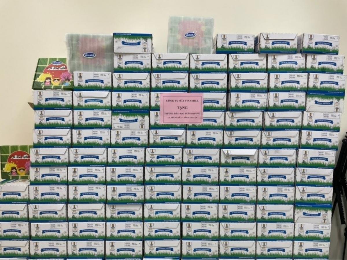 Ngoài sữa, Vinamilk đã gửi tặng thêm nhiều hộp quà tết dành cho thiếu nhi gồm sách, đồ chơi trí tuệ… với chủ đề tết, mùa xuân.