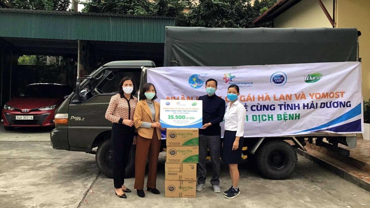 Gần 40.000 đơn vị sữa đang được trao gửi đến các y bác sĩ tuyến đầu và người dân tại các khu vực cách ly ở tỉnh Hải Dương.