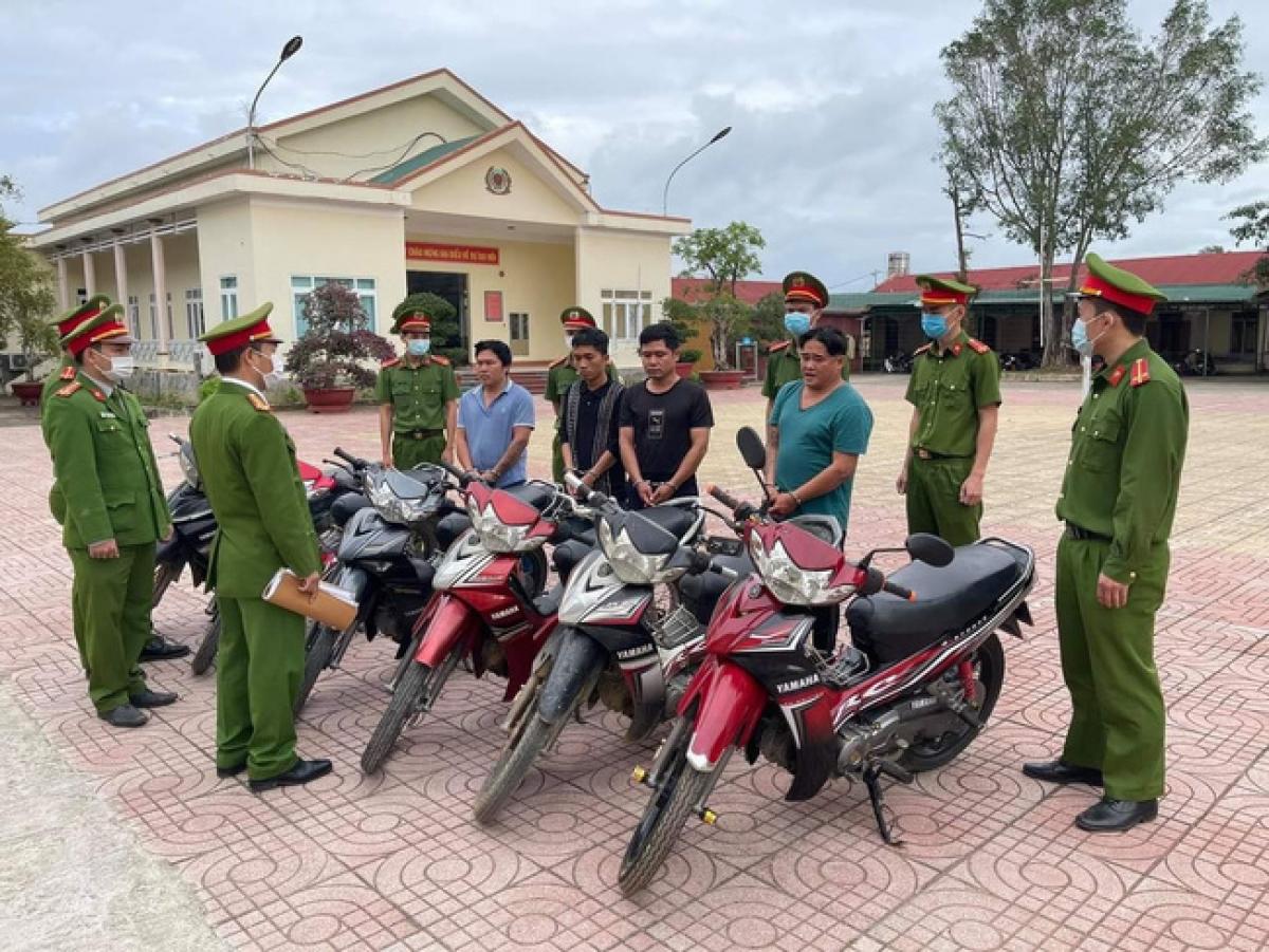 Các đối tượng trộm cắp xe máy bị bắt giữ cùng tang vật tại trụ sở Công an huyện M'Drắk, tỉnh Đắk Lắk.