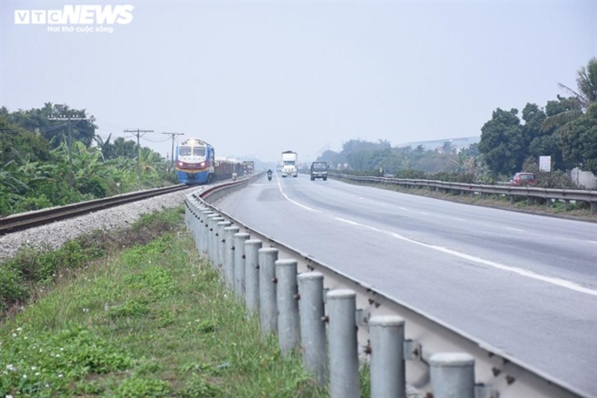 Các phương tiện khác di chuyển sang cao tốc Hà Nội - Hải Phòng.