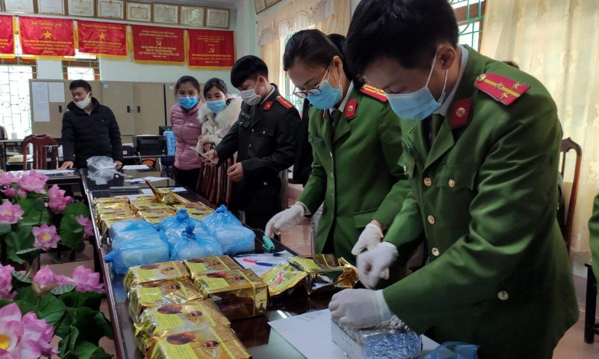 Tiếp tục mở rộng điều tra chuyên án, với sự hỗ trợ của các Cục nghiệp vụ Bộ Công an và Công an huyện Mường Nhé (tỉnh Điện Biên), khoảng 18 giờ 30 phút ngày 23/2, các lực lượng chức năng bắt giữ thêm đối tượng Cứ A Làng, sinh năm 1978, thường trú tại xã Leng Su Sìn, huyện Mường Nhé và truy xét thu giữ thêm 32kg ma túy dạng đá được cất giấu trong ba lô tại khu rừng thuộc bản Toòng Pẳn, xã Bình Lư, huyện Tam Đường (Lai Châu).