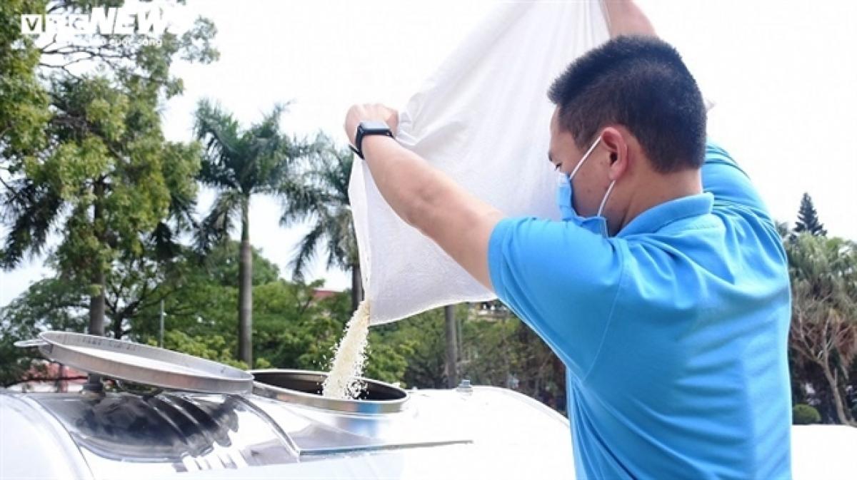 """10 tấn gạo cũng được doanh nghiệp ủng hộ huyện Cẩm Giàng nhằm chung tay hỗ trợ các công nhân chưa thể quay lại công ty làm việc và đang """"mắc kẹt"""" giữa đại dịch COVID-19."""