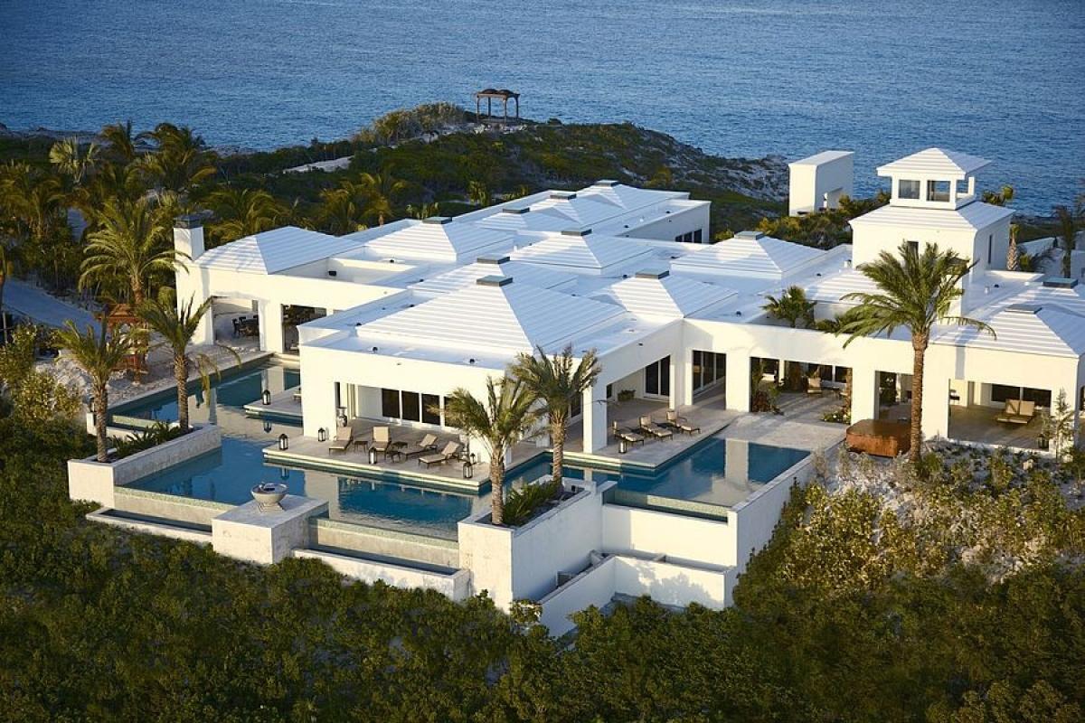 Tọa lạc trên một ngọn đồi ở Bahamas, tòa dinh thự nguy nga này có giá cho thuê mỗi tuần lên đến 730.000 USD/28 người. Khách nghỉ ở villa này được trải nghiệm dịch vụ trên du thuyền, chơi golf, spa với nhiều dịch vụ tiện ích, giải trí đẳng cấp khác.