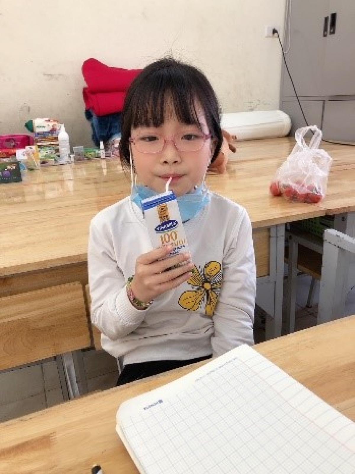 Những hộp sữa đã đến với các em học sinh tại trường Xuân Phương. Mỗi bé sẽ được bổ sung 2 hộp sữa mỗi ngày.