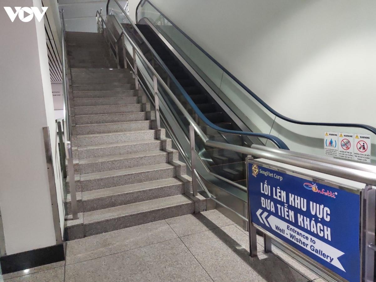 Khu vực đón tiếp khách ở tầng 1 hoàn toàn vắng bóng khách. Thang cuốn lối lên khu vực đưa tiễn khách tại tầng 2 ga quốc tế cũng đã ngưng hoạt động vì không có hành khách.