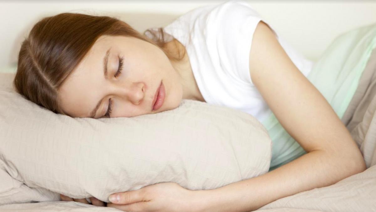 Giấc ngủ rất quan trọng với sức khỏe. Ngủ sâu và đủ 7-8 giờ mỗi ngày, đặc biệt 10 giờ đêm đến 4 giờ sáng hôm sau. Đây là thời gian vàng để cơ thể củng cố, hồi phục, tái tạo những mô, tế bào và hệ thống.