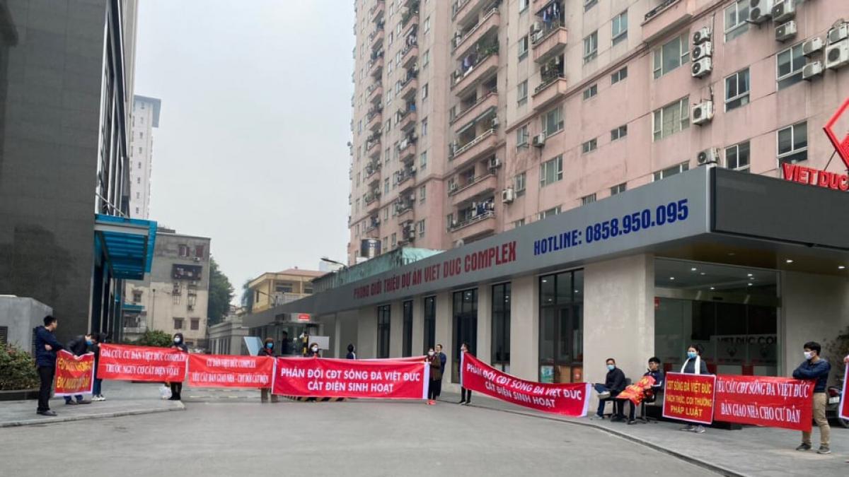 Hàng trăm cư dân mua nhà và sinh sống tại chung cư Việt Đức Complex đồng loạt treo băng rôn, khẩu hiệu phản đối CĐT trước việc cắt điện sinh hoạt vô lý.