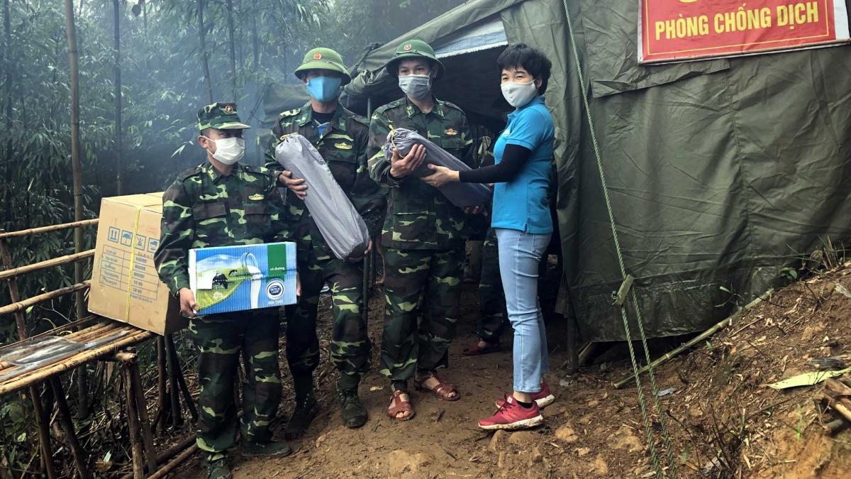 Sữa Cô Gái Hà Lan tặng lều ngủ và sản phẩm dinh dưỡng cho lực lượng chiến sỹ biên phòng và tình nguyện viên tại Hà Tĩnh, Quảng Trị vào tháng 4/2020.
