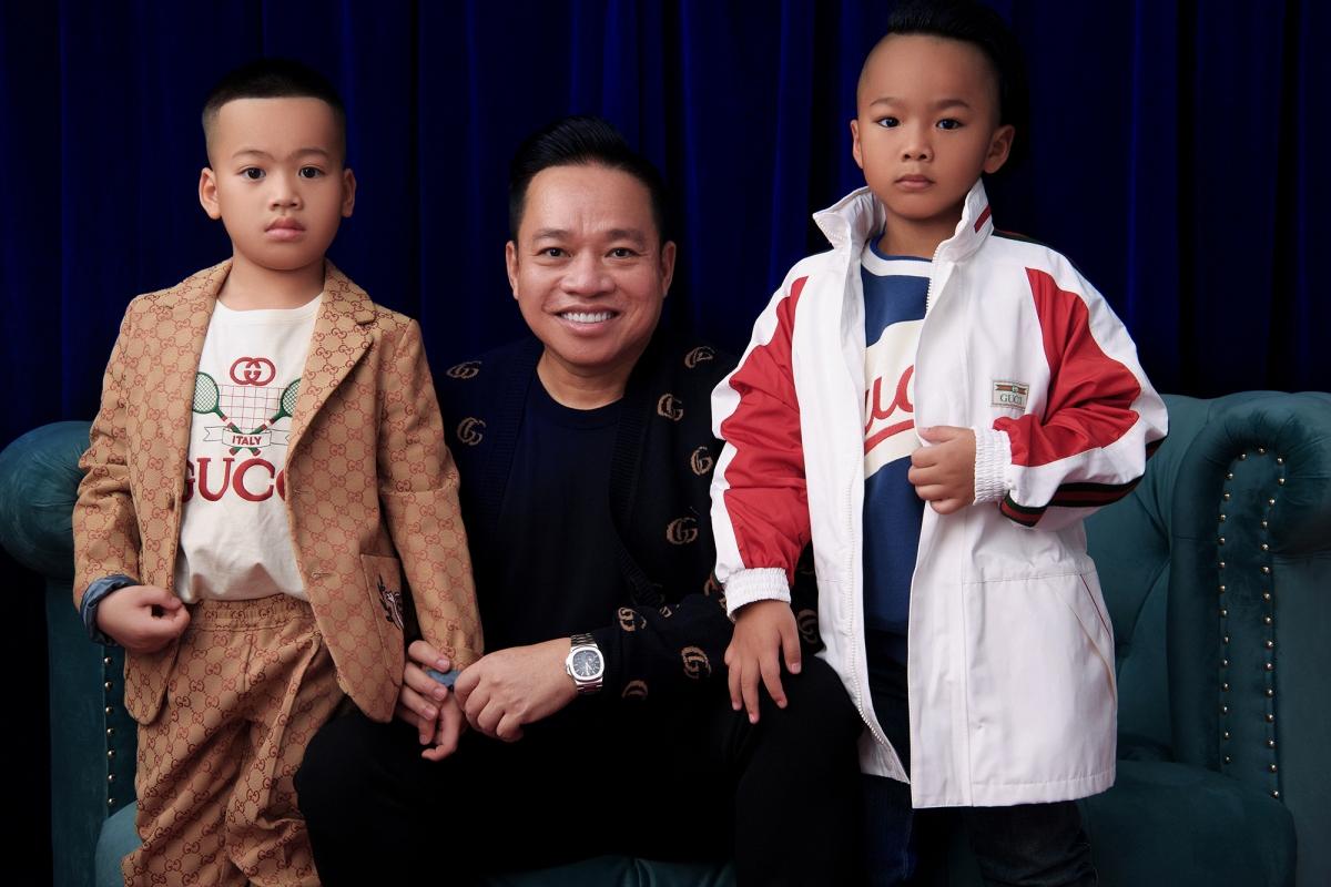 NTK họ Đỗ đã đặt hàng những thiết kế này từ cách đây nhiều tháng, tại Việt Nam và từ cửa hàng tại Pháp để có được kích cỡ phù hợp với các con. Anh chọn trang phục phù hợp với hình ảnh, tính cách của các con.