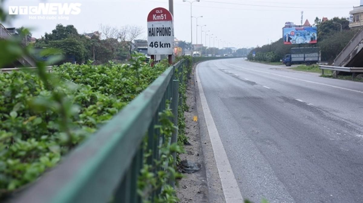 Bà Nguyễn Thị Thức (xã Cổ Dũng, huyện Kim Thành, Hải Dương) cho biết, trước đây Quốc lộ 5 lúc nào cũng nườm nượp xe đi lại, muốn sang đường cũng khó, nhưng thời điểm bùng dịch trên đường chỉ có các xe trong tỉnh đi lại.