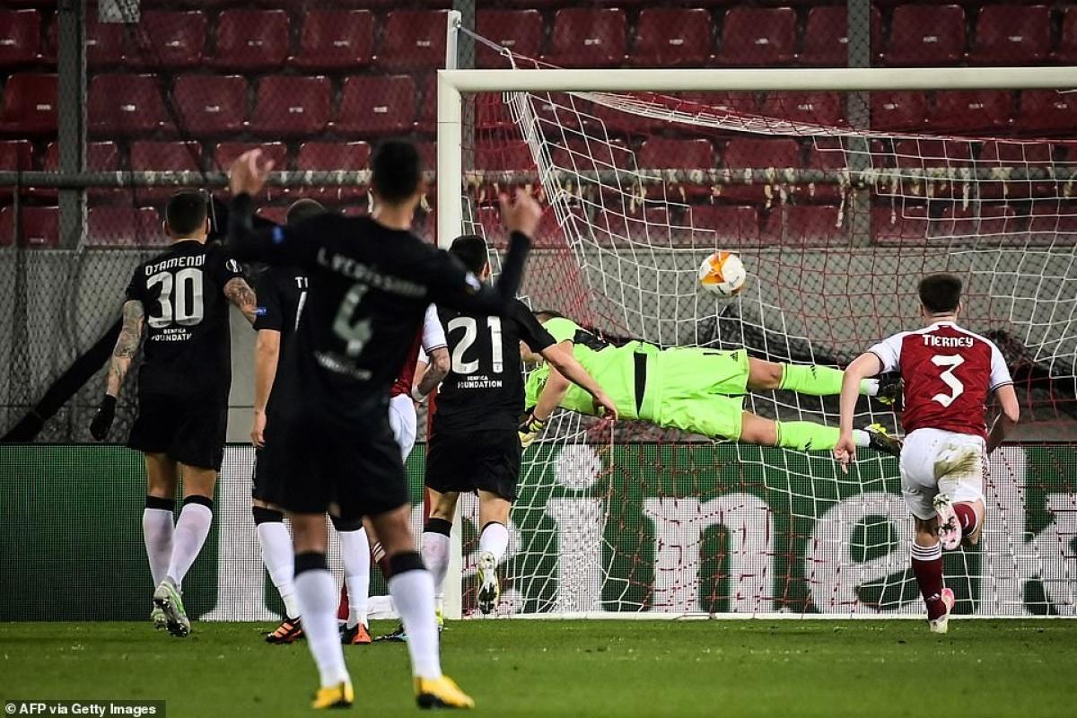Trong thế trận bất lợi, Benfica bất ngờ tìm thấy bàn gỡ hòa 1-1 nhờ cú đá phạt đẹp mắt của Diogo Goncalves ở phút 42.