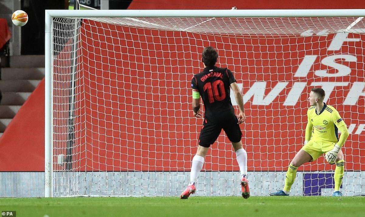 Đáng tiếc cho Sociedad, Mikel Oyarzabal lại đá hỏng quả phạt đền.
