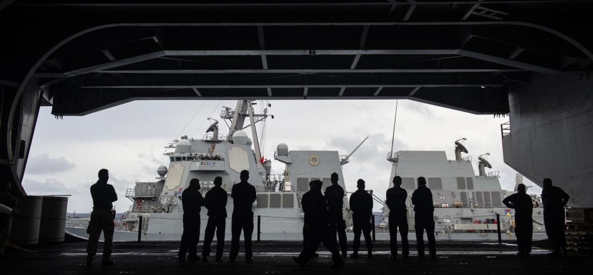 Các thủy thủ trên tàu sân bay Theodore Roosevelt của Mỹ. Ảnh: Hải quân Mỹ.