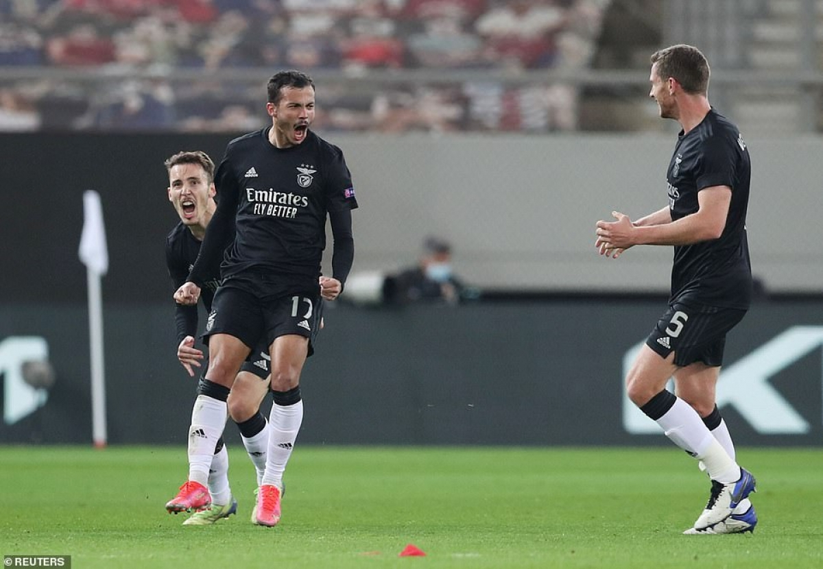 Diogo Goncalves không chỉ giúp Benfica gỡ hòa 1-1 ở trận lượt về mà còn cân bằng tổng tỷ số 2-2.