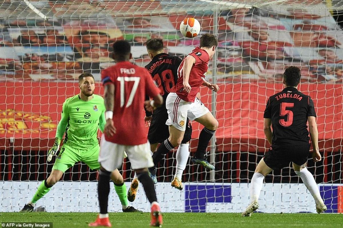 MU đáp trả với pha dứt điểm dội xà ngang của Bruno Fernandes ở phút 24.
