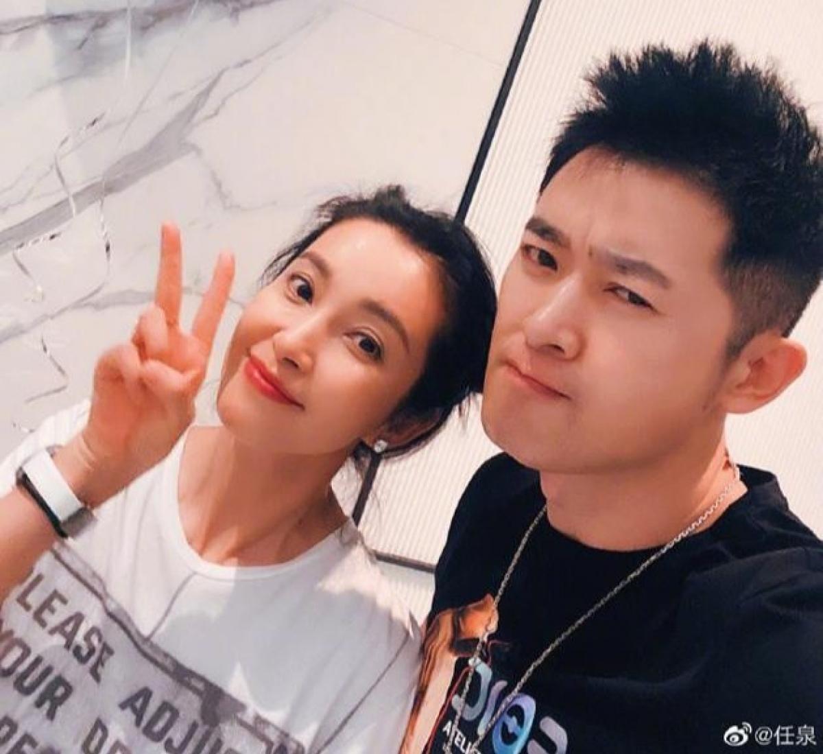 """Ngoài ra,Sina còn đưa tin nam diễn viên Nhậm Tuyền chia sẻ ảnh chụp cùng Lý Băng Băng. """"Công Tôn Sách"""" gửi lời chúc mừng sinh nhật tuổi 48 đến người bạn thân: """"Cô Lý qua đây mà xem, sinh nhật vui vẻ, nhất định phải sống vui vẻ""""."""
