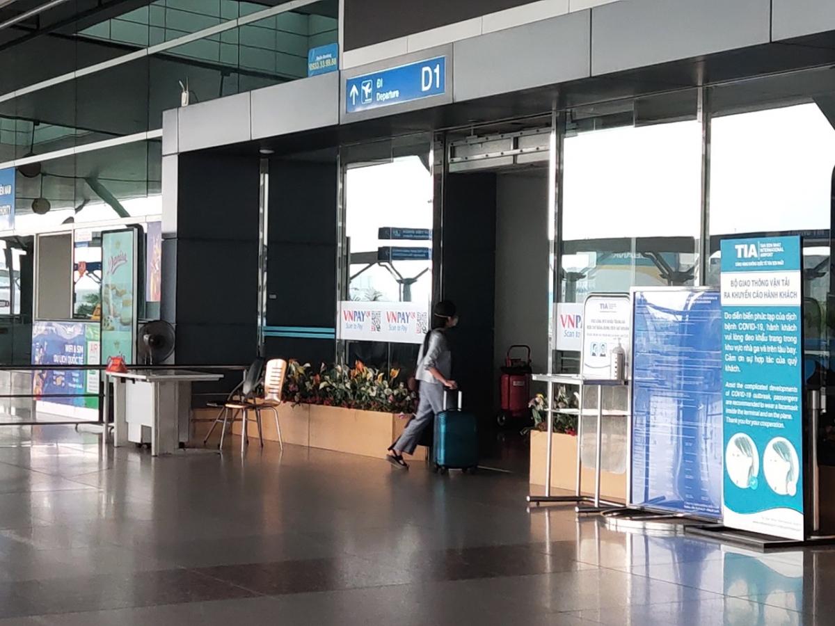 Một vị khách nước ngoài hiếm hoi đang vội vã bước vào khu vực làm thủ tục bay quốc tế.