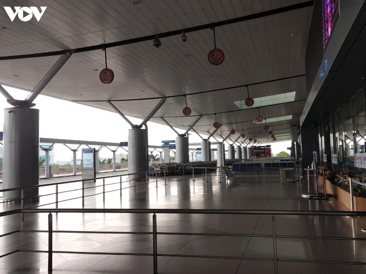 Khu vực làm thủ tục tại tầng 2 ga quốc tế hoàn toàn vắng lặng.