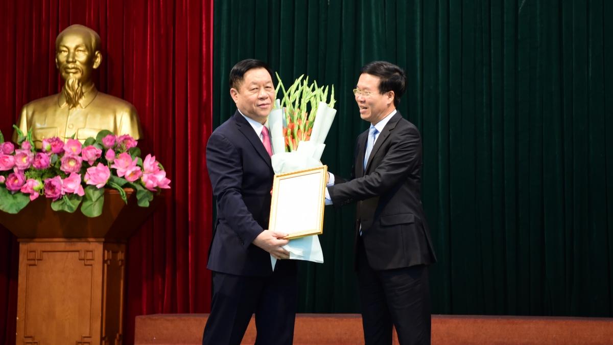 Ông Võ Văn Thưởng, Uỷ viên Bộ Chính trị, Thường trực Ban Bí thư trao quyết định của Bộ Chính trị cho ông Nguyễn Trọng Nghĩa
