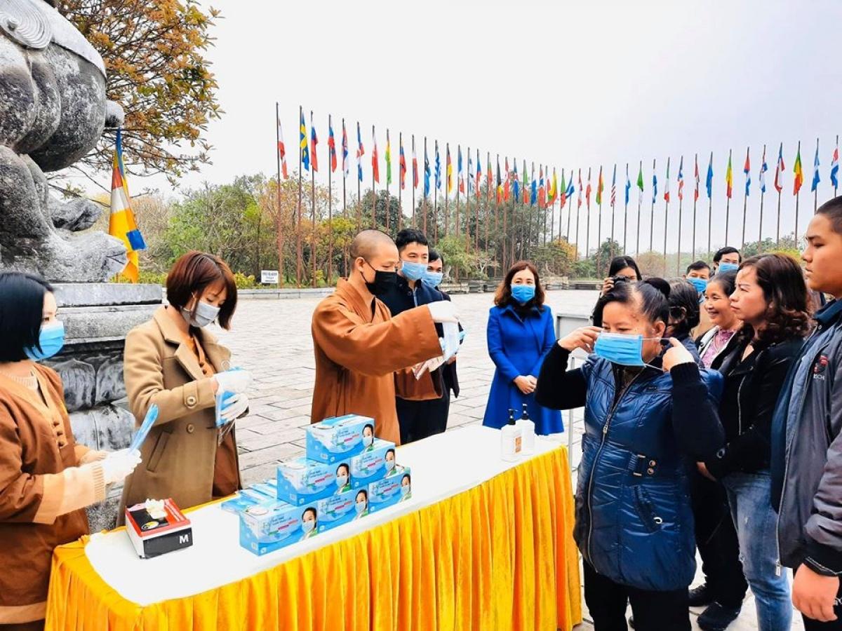 Chùa Tam Chúc tổ chức phát khẩu trang và xịt tay khử khuẩn cho người dân trong mùa dịch covid - 19 năm 2020. Ảnh minh họa