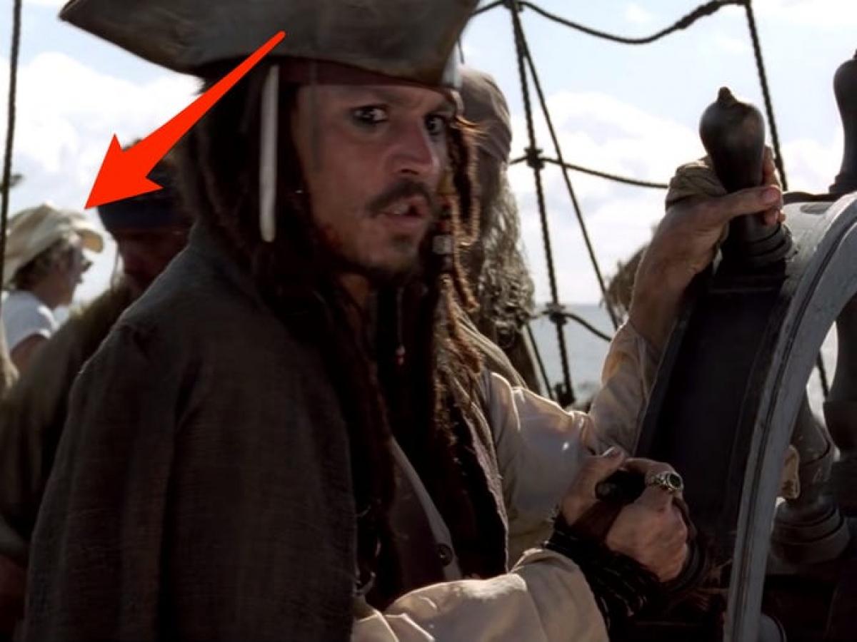 """Trang phục lạ trong """"Pirates of the Caribbean: The Curse of the Black Pearl"""": Một người đàn ông xuất hiện trên thuyền của cướp biển Jack Sparrow, tuy nhiên trang phục dường như không phù hợp với áo phông trắng và mũ cao bồi."""