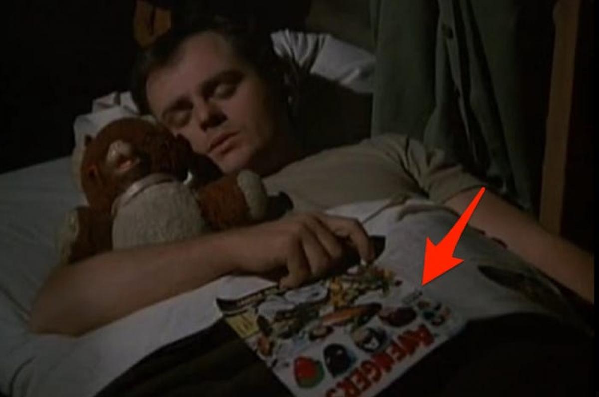 """Quyển truyện tranh trong """"M*A*S*H"""": Trong một cảnh quay, nhân vật Radar O'Reilly đi ngủ với cuốn truyện tranh Avengers. Tuy nhiên bối cảnh phim là những năm 1953, còn mãi tới năm 1963 bộ truyện Avengers mới được xuất bản. Một số fan còn """"soi"""" kỹ hơn, cho rằng đây là tập Avengers số 60, được phát hành vào năm 1969."""