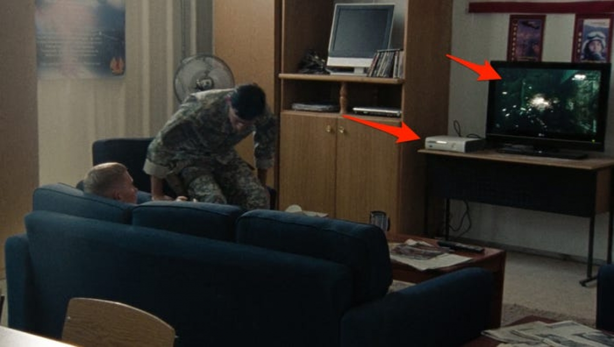 """Máy chơi game trong """"The Hurt Locker"""": Thời gian trong phim là năm 2004 trong chiến tranh Iraq, tuy nhiên ở cảnh quay này, một diễn viên lại đang chơi game """"Gears of War"""" trên máy Xbox 360. Trên thực tế, game """"Gears of War"""" được phát hành năm 2006, còn máy Xbox 360 ra đời năm 2005."""