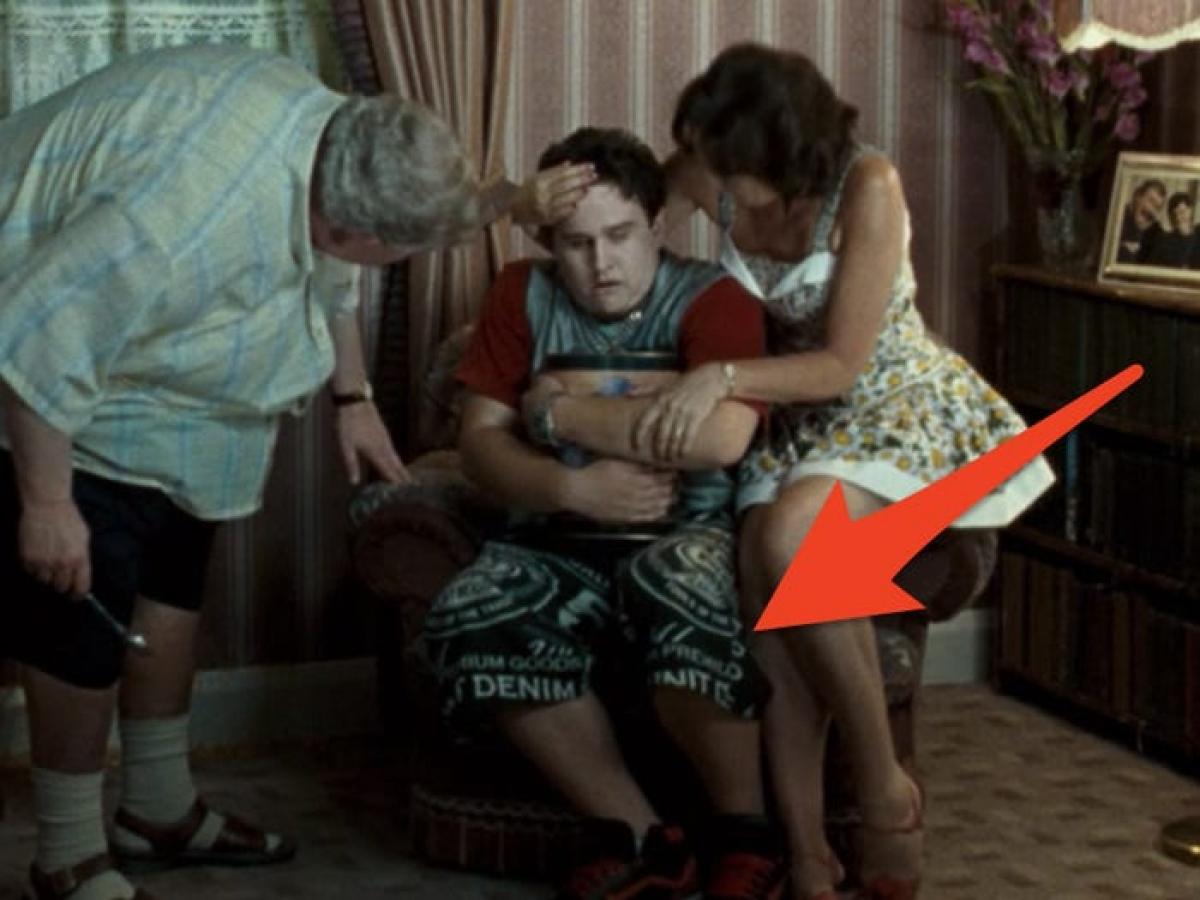 """Trang phục lạ trong """"Harry Potter and the Order of the Phoenix"""": Bối cảnh của loạt phim Harry Potter là những năm 1991 - 1998. Tuy nhiên loại quần mà Dudley Dursley đang mặc trong cảnh quay này đóng mác G-Unit - một hãng thời trang được thành lập năm 2003 bởi rapper 50 Cent./."""