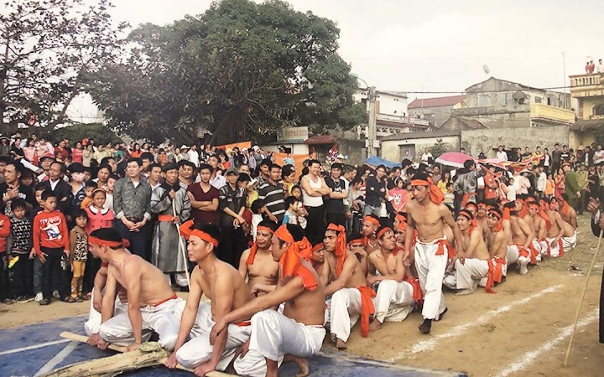 The tugging ritual and game in Huu Chap ward, Bac Ninh province, uses bamboo poles. (Photo: nhandan.com.vn)