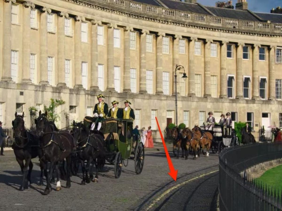 """Vạch kẻ đường trong """"Bridgerton"""": Bộ phim lấy bối cảnh của những năm 1813 tại London (Anh), tuy nhiên mãi tới giữa thế kỷ 20, loại vạch kẻ đường màu vàng này mới được sử dụng."""