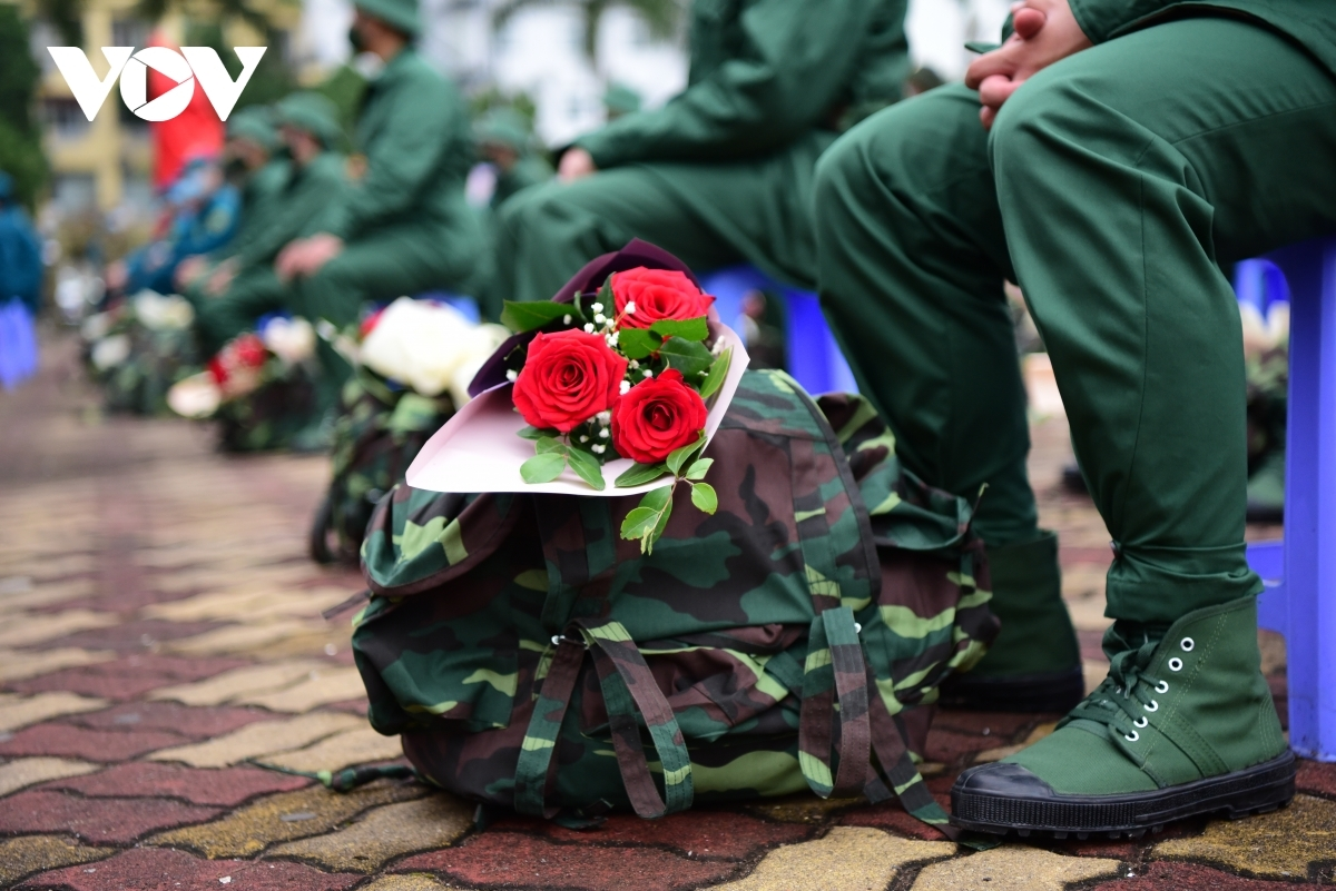 Every newly-recruited soldier receives a bunch of flowers from the capital's leaders.