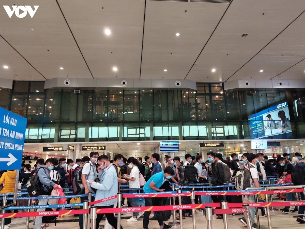 Ngược lại với khung cảnh vắng hoe của ga quốc tế, tại ga quốc nội, lượng hành khách đổ về các quầy làm thủ tục ngày một đông. Khách hàng xếp thành hàng dài để chờ tới lượt.
