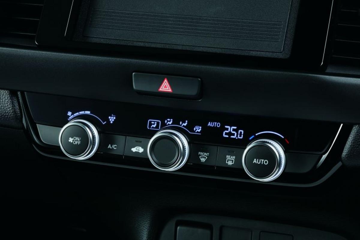 Mọi phiên bản đều được trang bị tính năng ra vào xe không cần chìa khóa, nút đề khởi động, vô lăng đa chức năng và bốn loa. Bản Home bổ sung thêm gương trang điểm được chiếu sáng và kiểm soát khí hậu tự động, trong khi đó Luxe là bản duy nhất có 8 loa và đèn pha tự động.