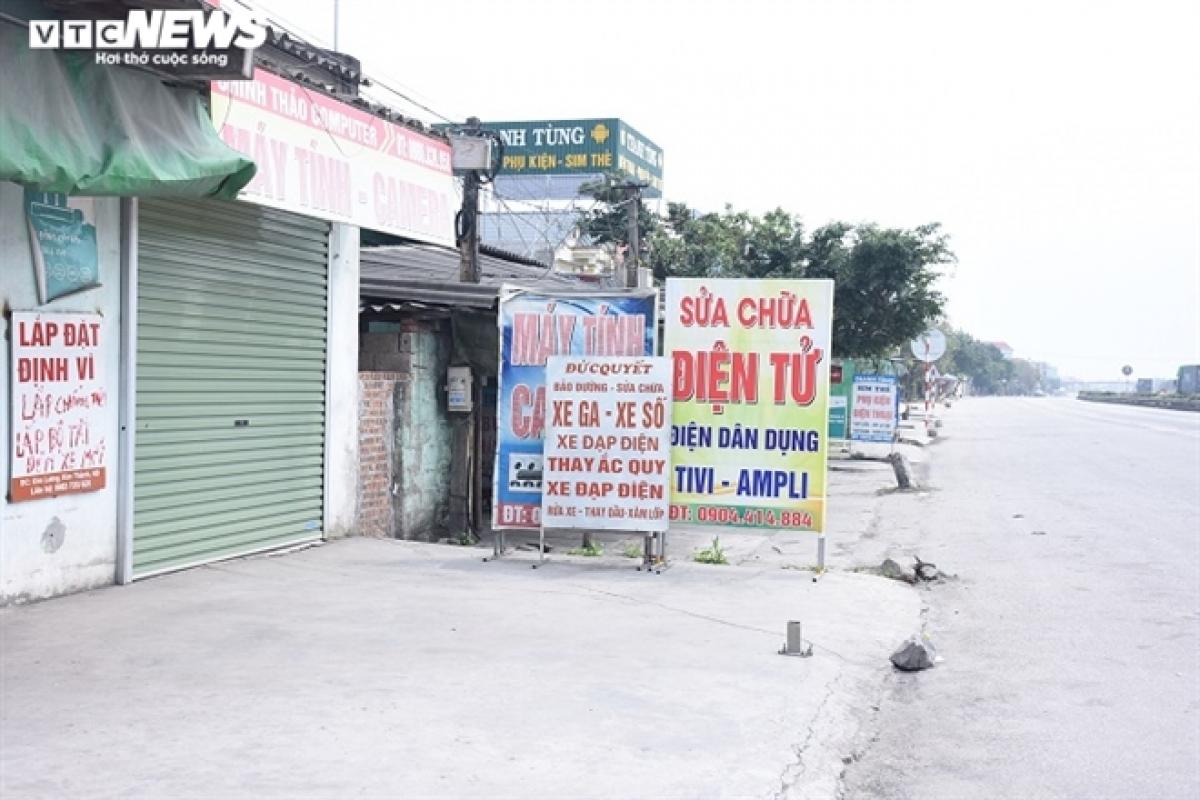 Hàng quán trên Quốc lộ 5 cũng đóng cửa im lìm.