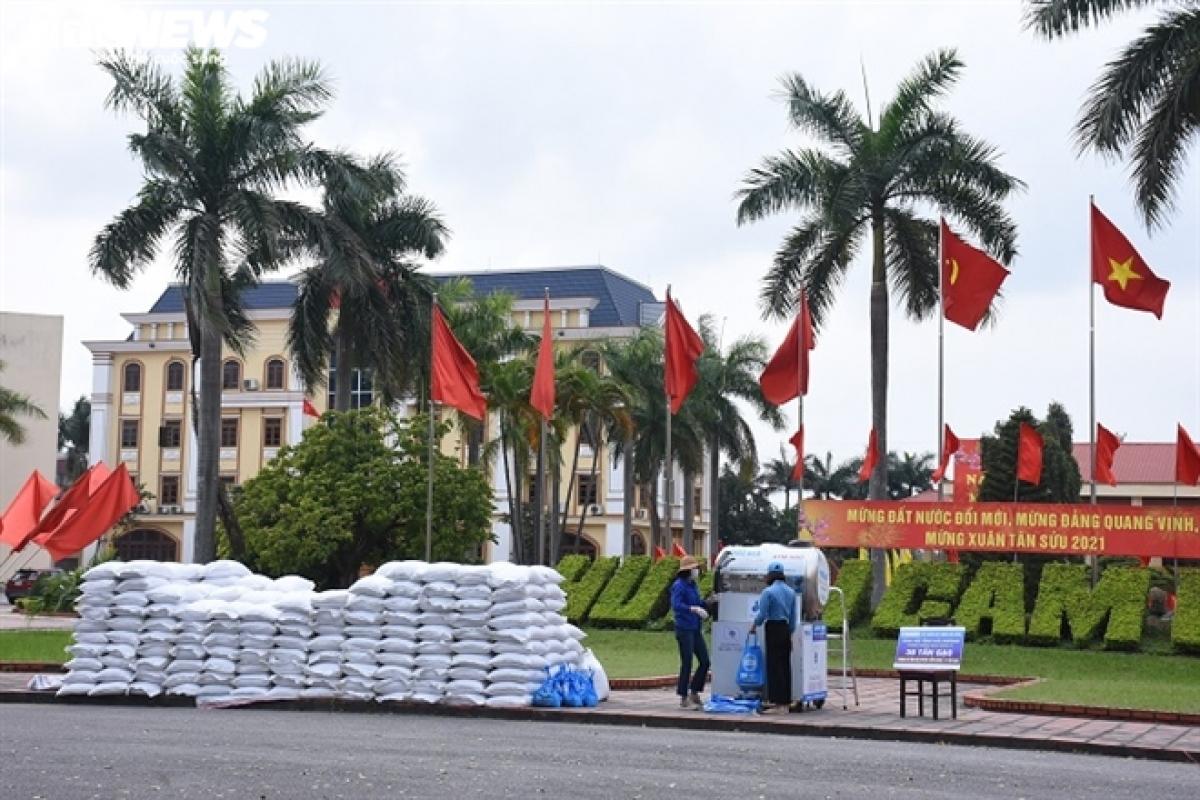 Dịch COVID-19 đang diễn biến phức tạp, tỉnh Hải Dương phong tỏa huyện Cẩm Giàng để thực hiện các biện pháp phòng dịch. Theo thống kê của huyện Cẩm Giàng, toàn huyện hiện có 11.118 công nhân làm việc trong các khu công nghiệp đang thuê trọ tại đây.