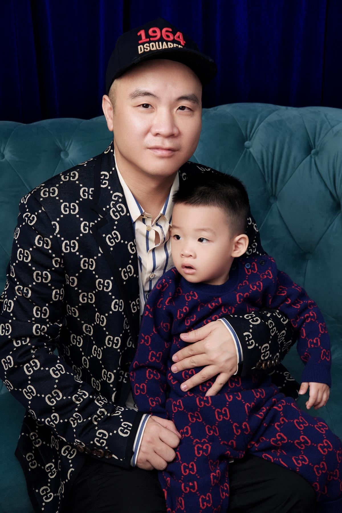Gấu (Đỗ Phạm Huy Minh) diện bodysuit với hoạ tiết chữ đặc trưng của hãng. Đây là cậu bé có ngoại hình giống NTK Đỗ Mạnh Cường nhất, khiến nhiều người bất ngờ.