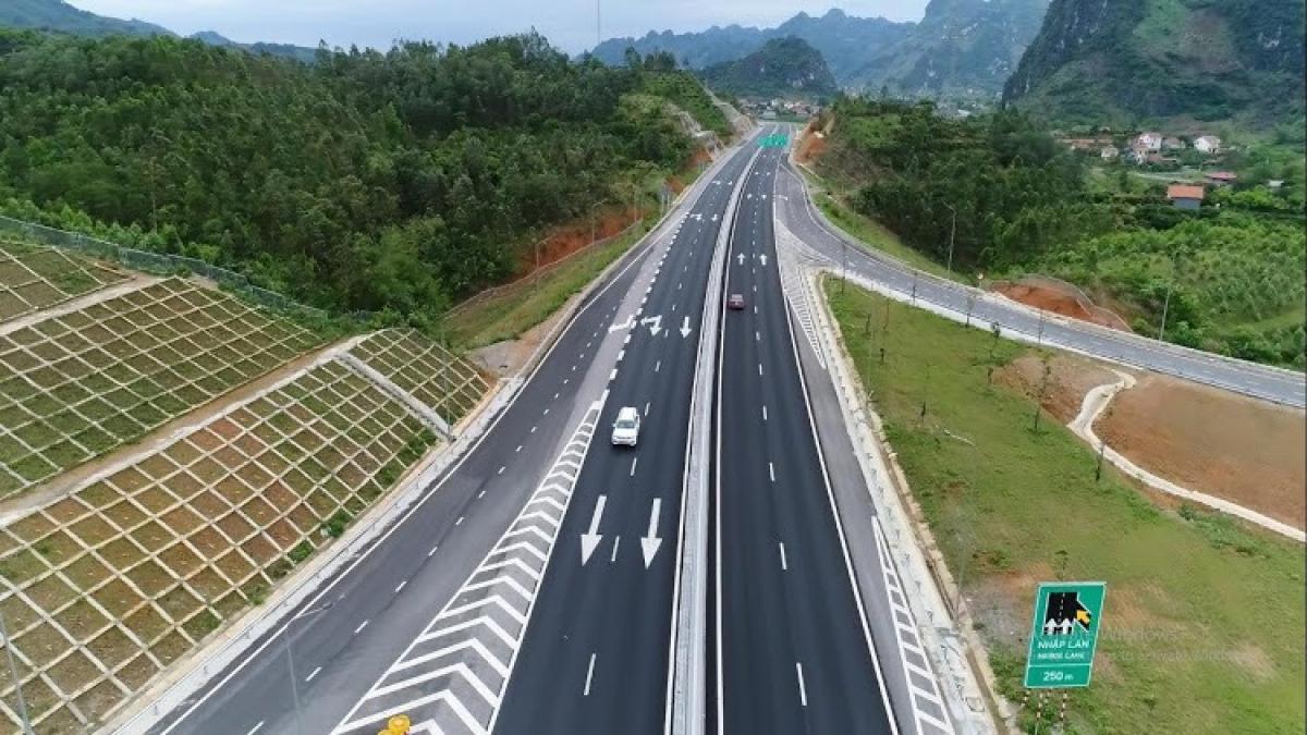 Dự án cao tốc Bắc Giang - Lạng Sơn dài 64km, tổng mức đầu tư 12.189 tỷ đồng, thực hiện theo hình thức BOT. Dự án đã được thông xe kỹ thuật cuối tháng 9/2019 và nghiệm thu hoàn thành đầu tháng 12/2019.