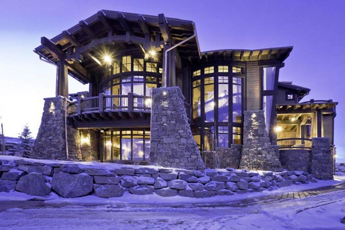 Với thiết kế độc đáo, dinh thự ở Utah có view 360 độ, có rạp chiếu phim, sân golf và sân trượt tuyết.