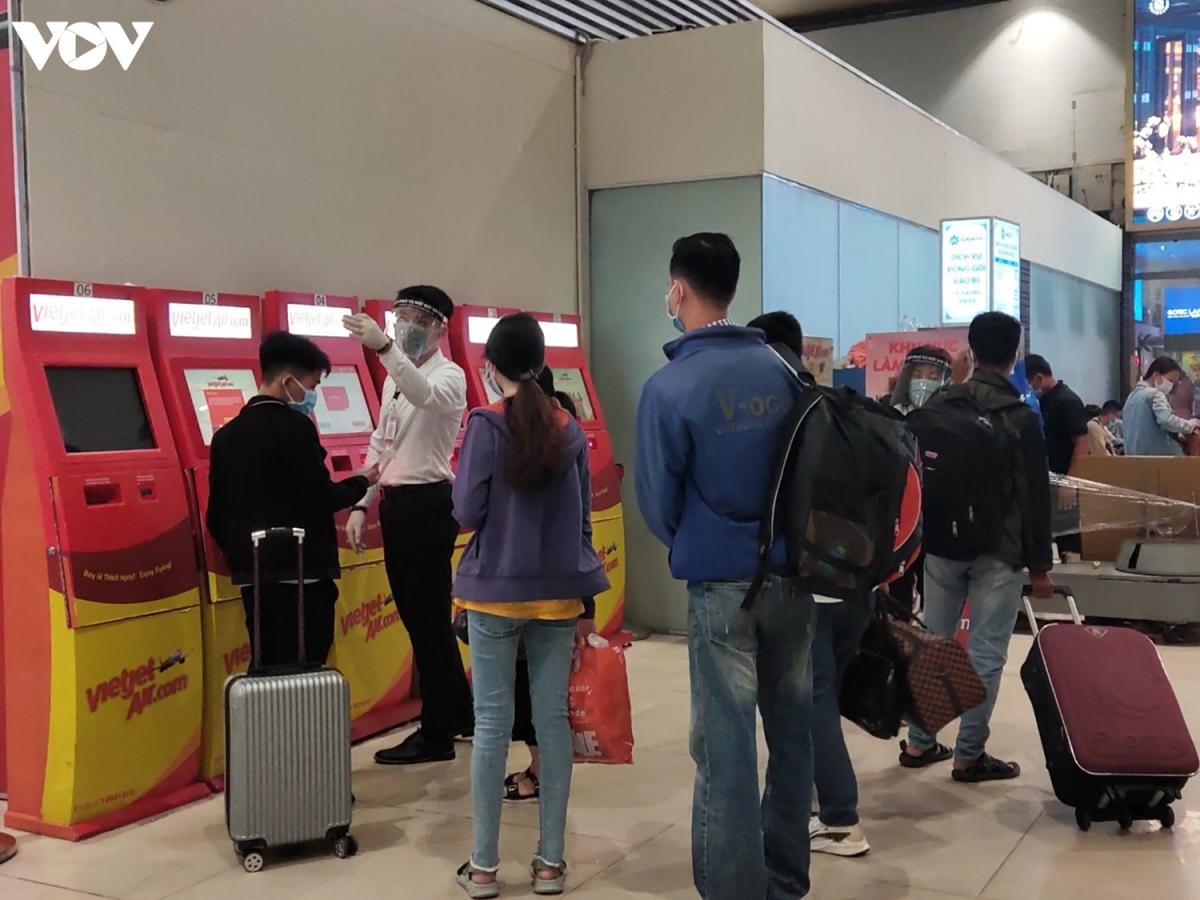 Khu vực làm thủ tục online cũng phục vụ một lượng lớn khách hàng để hoàn thiện các thủ tục trước khi bay.