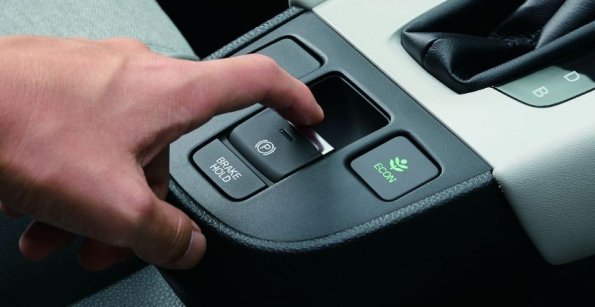 Luxe cũng là mẫu duy nhất được cung cấp gói hỗ trợ người lái Honda Sensing. Hệ thống này bao gồm phanh khẩn cấp, kiểm soát hành trình thích ứng với dừng và đi, hỗ trợ định tâm làn đương và hỗ trợ giữ làn đường. 6 túi khí và kiểm soát ổn định là trang bị tiêu chuẩn trên chiếc Jazz tại thị trường Singapore.