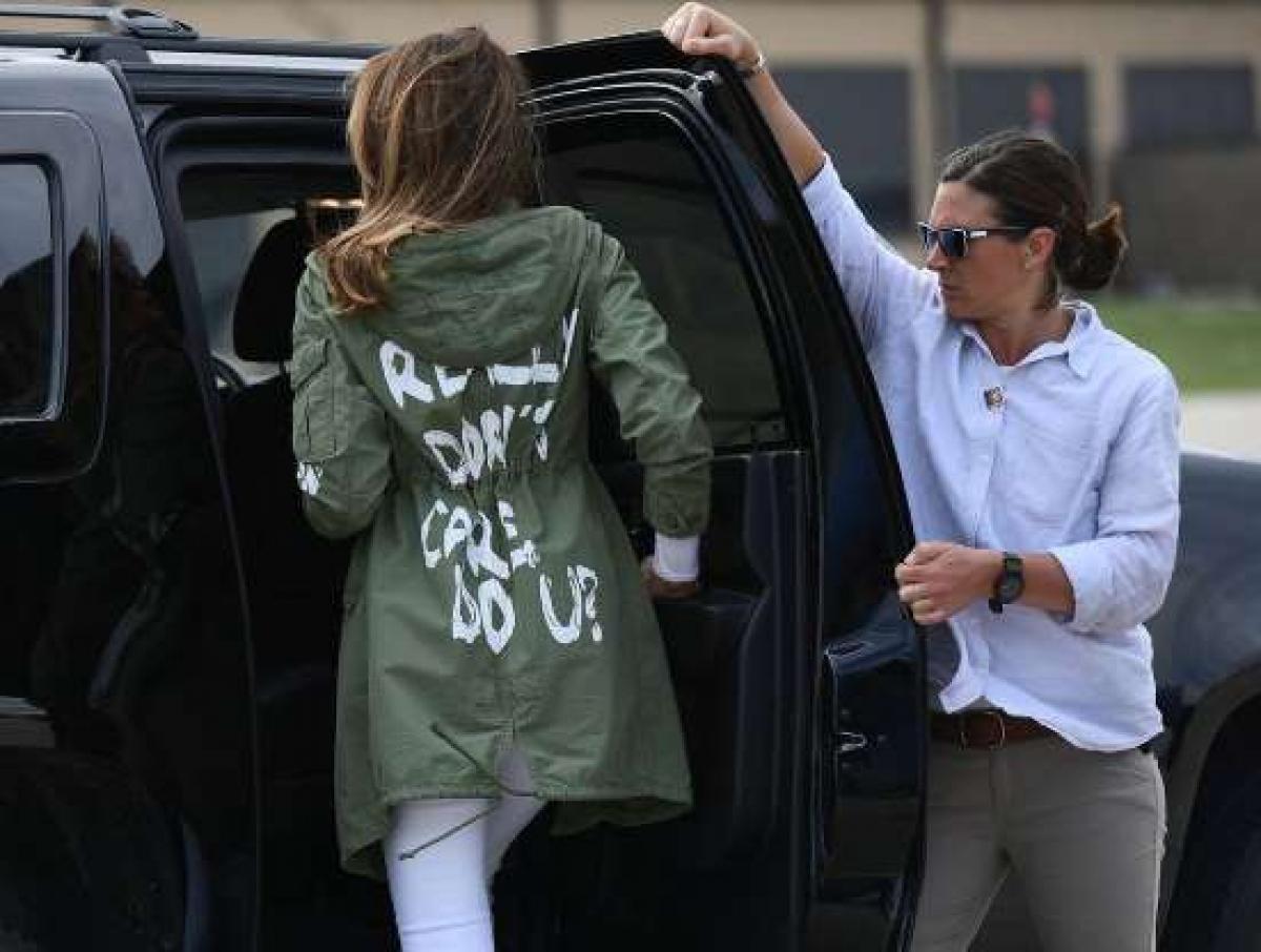"""Trở thành chủ đề bàn tán của công chúng khi chọn trang phục: Công chúng rất chú ý đến việc các đệ nhất phu nhân mặc gì. Đệ nhất phu nhân Melania Trump từng bị chỉ trích khi mặc một chiếc áo khoác với dòng chữ: """"Tôi thực sự không quan tâm, còn bạn"""" trong lúc tới thăm trẻ bị tách khỏi cha mẹ nhập cư bất hợp pháp vào Mỹ còn Đệ nhất phu nhân Melania cũng khiến công chúng bàn luận khi mặc quần soóc lúc bước ra khỏi chuyên cơ Không lực Một."""