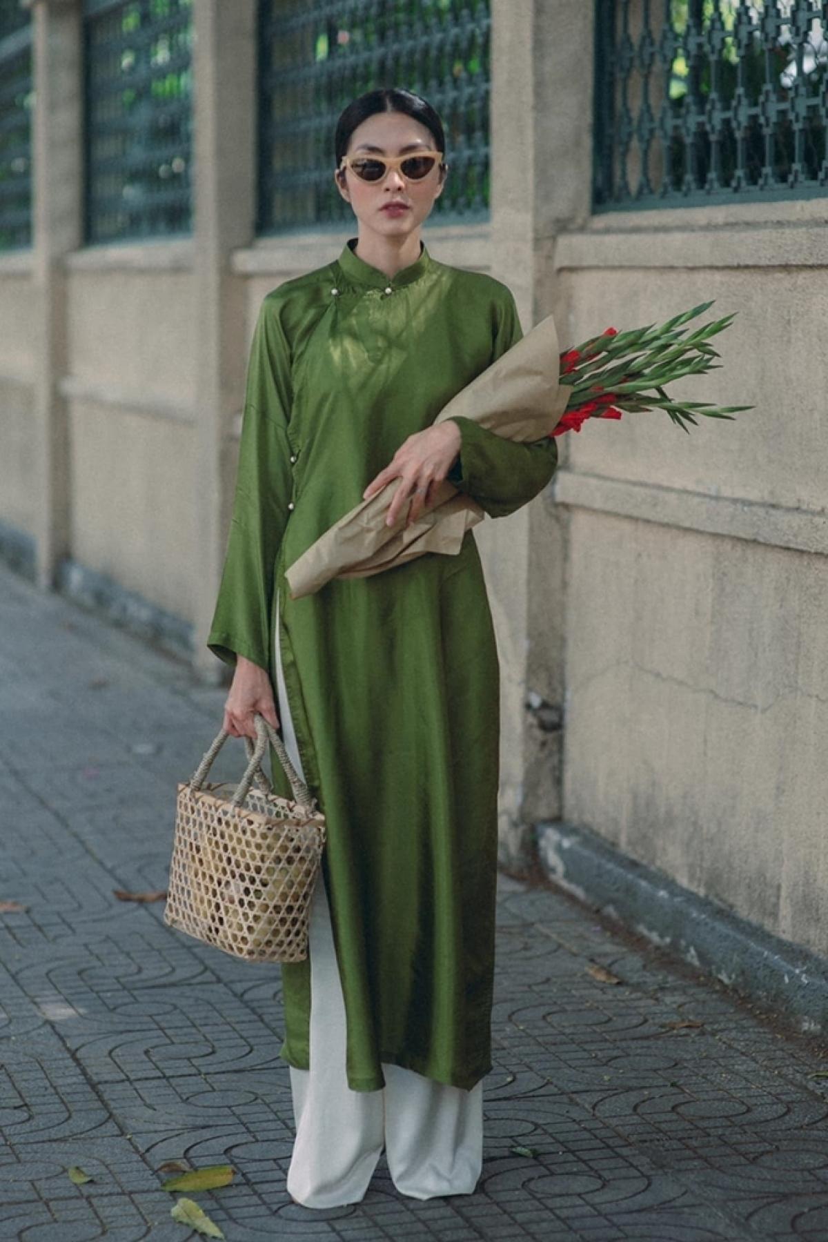 Cô chọn mẫu áo có ngọc trai làm nút đính. Áo do Vũ Việt Hà thiết kế, phom dáng đặc trưng của áo dài thập niên 1930, làm từ lụa tơ tằm./.