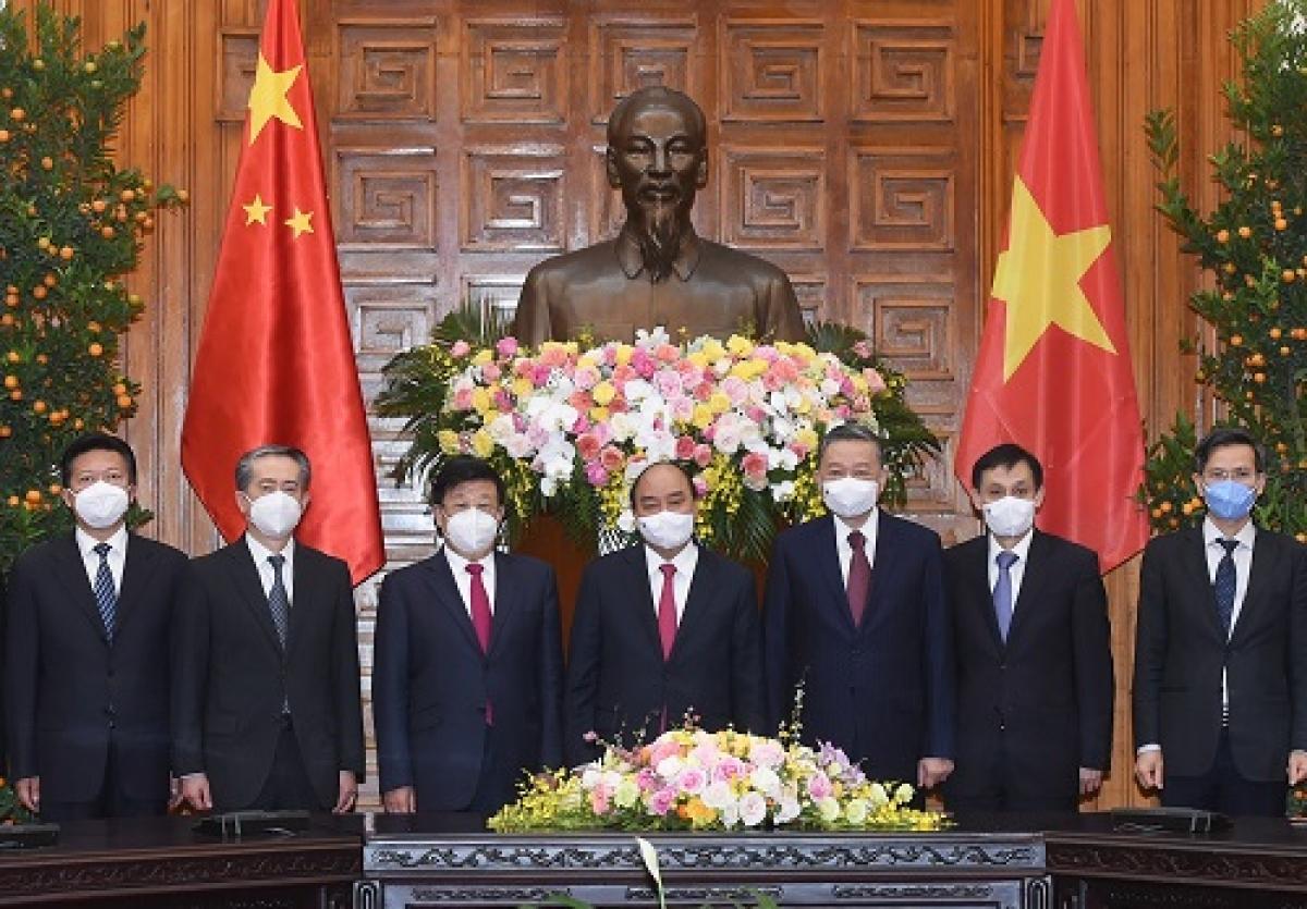 Thủ tướng Nguyễn Xuân Phúc chụp ảnh chung cùng đoàn đại biểu công an hai nước. Ảnh: VGP