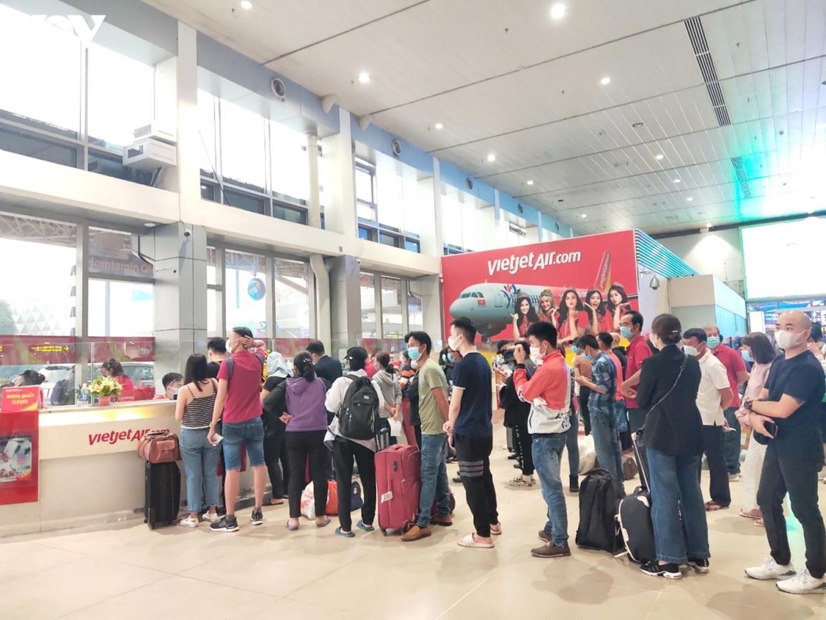 Rất đông người dân đã tới sân bay sớm để tránh tình trạng bị trễ giờ bay. Lo ngại dịch bệnh nên một số người không ngồi phía trong khu vực làm thủ tục mà chọn cách ngồi trước nhà ga.