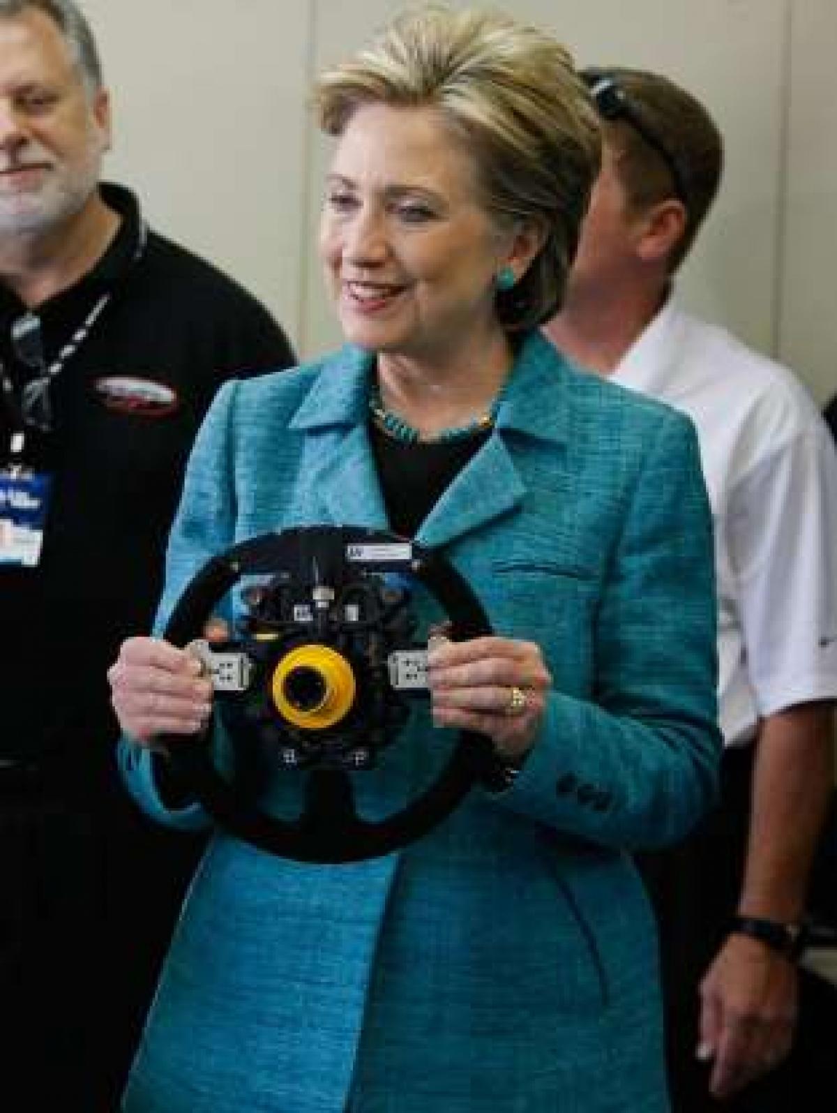 Không được phép lái xe: Bà Hillary Clinton và Michelle Obama đều trả lời trong một cuộc phỏng vấn rằng trong suốt thời gian ở Nhà Trắng, họ không được tự lái xe. Thậm chí sau khi rời Nhà Trắng, bà Michelle cho biết Mật vụ vẫn không để bà tự làm việc này.