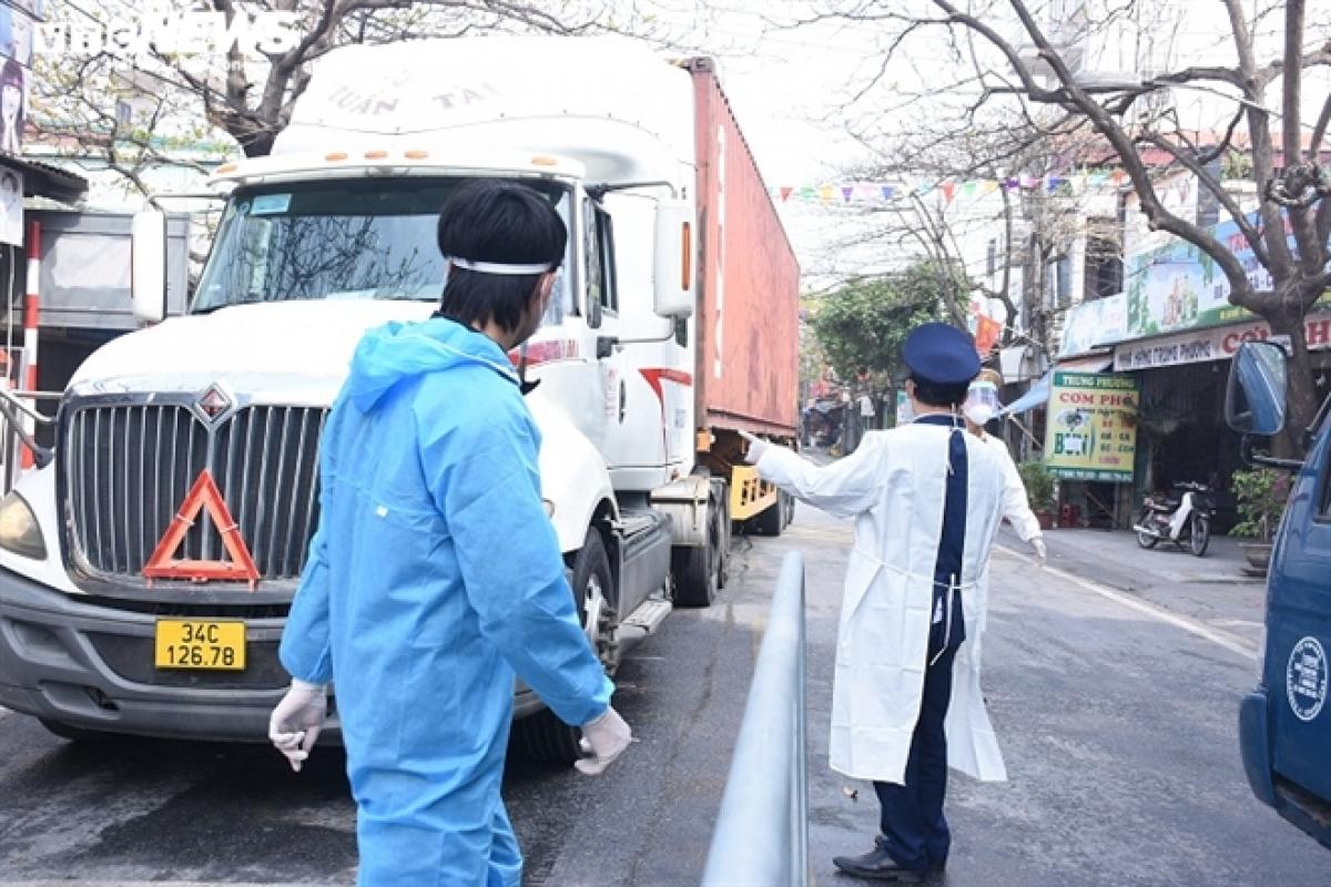 Nhiều chốt kiểm dịch được lập dọc tuyến Quốc lộ 5. Theo ghi nhận của PV, tại chốt A15 địa phận ngã ba Lai Khê (xã Cộng Hòa, Kim Thành, Hải Dương), lực lượng chức năng kiểm tra các phương tiện ra, vào chốt.