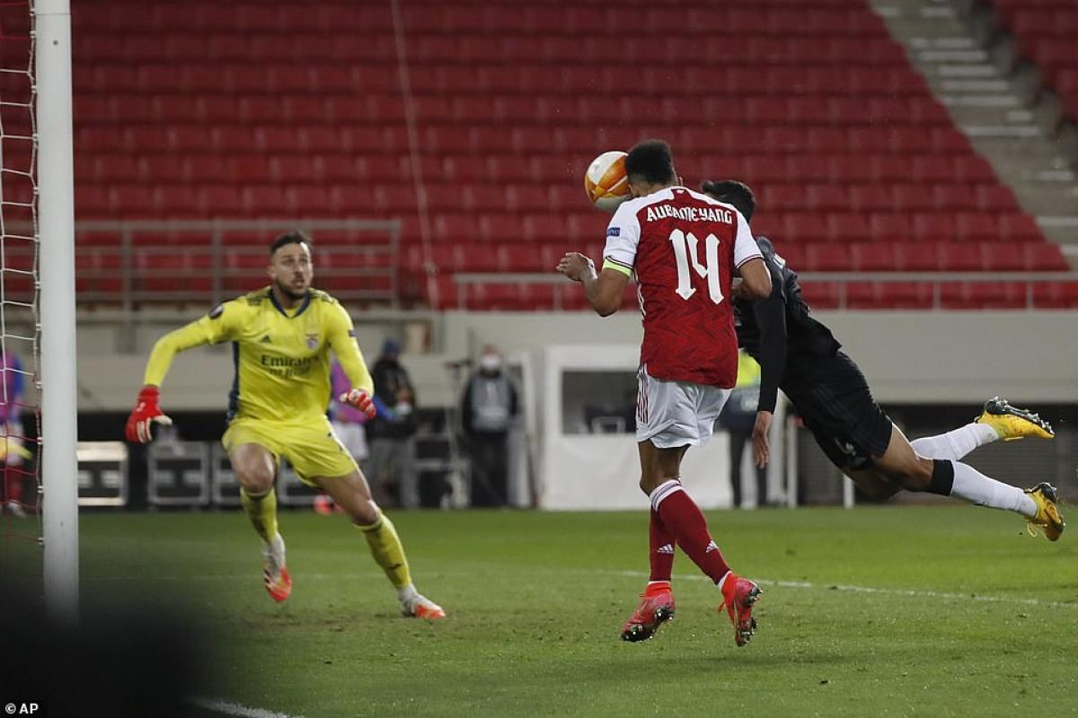 Phút 87, Pierre-Emerick Aubameyang tỏa sáng với pha đánh đầu cận thành tung lưới Benfica sau quả tạt của Bukayo Saka.